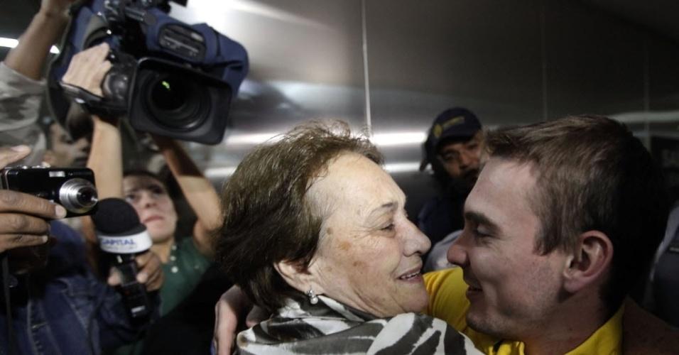 Arthur Zanetti recebe o carinho da avó Neide na chegada ao aeroporto de Guarulhos