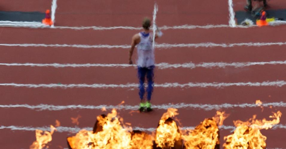 Atleta francês Kevin Mayer se prepara para a prova do lançamento de dardo durante a prova do decatlo dos Jogos de Londres