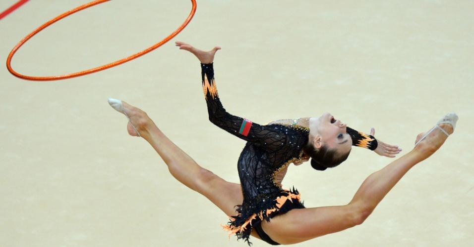 Bielorrussa Liubou Charkashyna se apresenta com o arco no primeiro dia de eliminatórias da ginástica rítmica