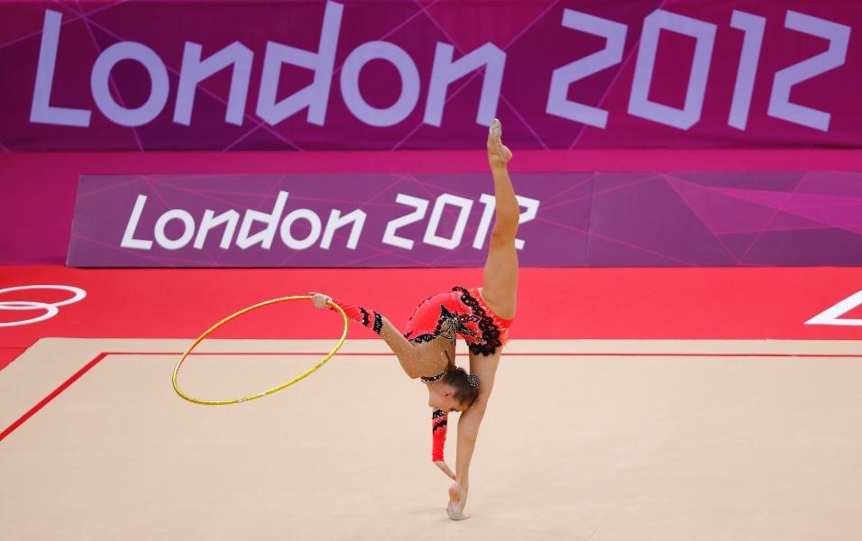Bielorrussa Melitina Staniouta se apresenta com o arco no primeiro dia de eliminatórias da ginástica rítmica