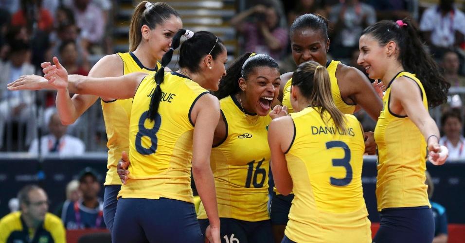 Brasileiras comemoram após marcan ponto no segundo set contra o Japão pelas semifinais do vôlei feminino