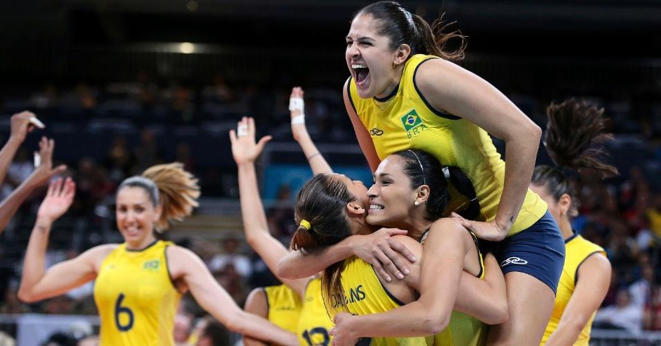 Brasileiras comemoram vitória sobr eo Japão por 3 sets a o nas semifinais do vôlei feminino
