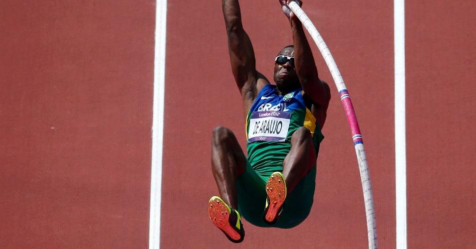 Brasileiro Luiz Alberto de Araújo participa do salto com vara do decatlo olímpico