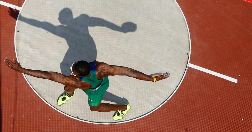Brasileiro Luiz Alberto de Araújo participa do lançamento de disco, sexta prova do decatlo olímpico