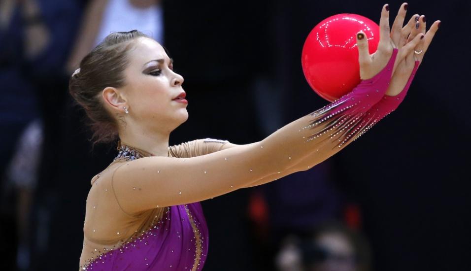 Britânica Francesca Jones se apresenta com a bola no primeiro dia de eliminatórias da ginástica rítmica