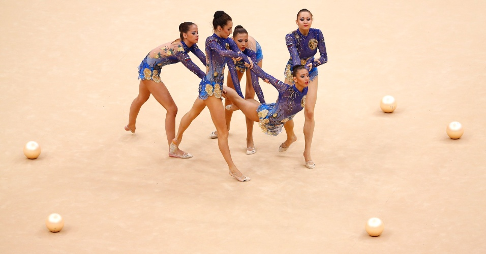 Búlgaras se apresentam com bolas no primeiro dia de eliminatórias de conjunto da ginástica rítmica