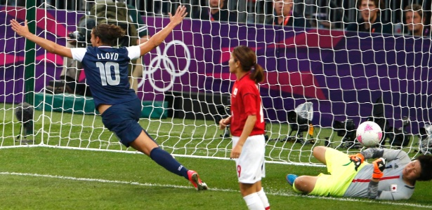 Carli Lloyd celebra gol marcado contra o Japão, o seu primeiro na final olímpica do futebol feminino