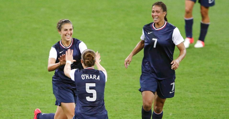 Carli Lloyd comemora com Kelley O'Hara e Shannon Boxx o seu segundo gol na final olímpica contra o Japão