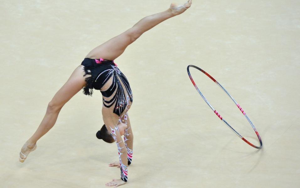 Cazaque Anna Alyabyeva se apresenta com o arco no primeiro dia de eliminatórias da ginástica rítmica