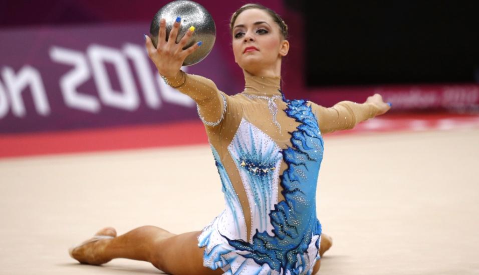 Cipriota Chrystalleni Trikomiti se apresenta com a bola no primeiro dia de eliminatórias da ginástica rítmica