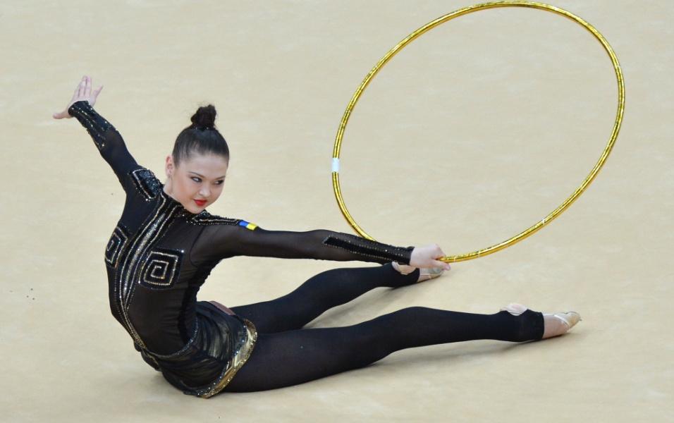Com um visual ousado, todo preto, ucraniana Alina Maksymenko se apresenta com o arco no primeiro dia de eliminatórias da ginástica rítmica