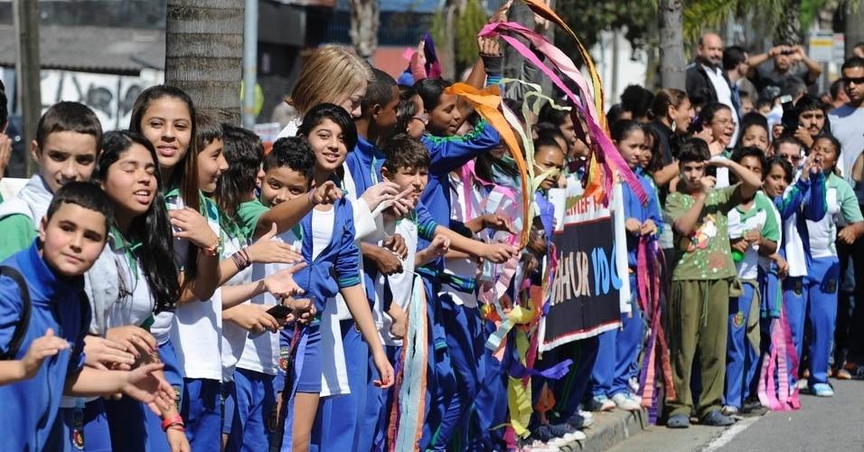 Crianças se aglomeram na calçada para ver a passagem de Arthur Zanetti durante desfile em São Caetano
