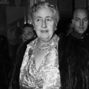 """Dame Agatha Christie na première de sua peça """"A Teia de Aranha"""" no Teatro Savoy, em Londres (15/12/1954) - AFP PHOTO"""