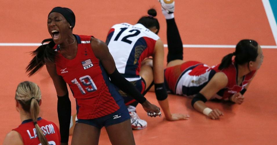 Destinee Hooker, dos Estados Unidos, comemora ponto marcado na partida contra a Coreia do Sul