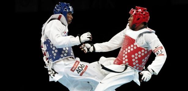 Diogo Silva (à esq.) e Terrence Jennings, dos EUA, pairam no ar na disputa do bronze na categoria até 68 kg