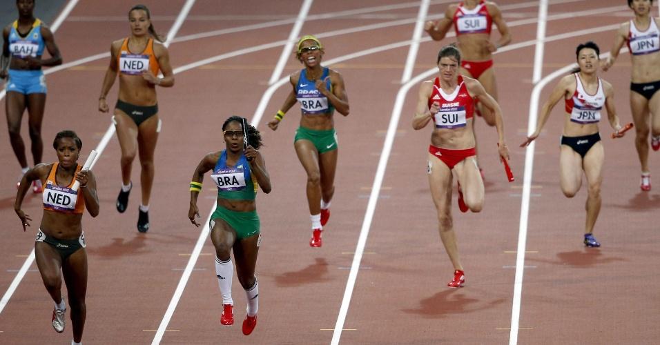 Rosangela Santos dispara após receber o bastão de Evelyn dos Santos durante a semifinal dos 4 x 100 m dos Jogos de Londres