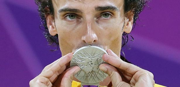 Emanuel beija a medalha de prata após final contra os alemães Julius Brink e Jonas Reckermann