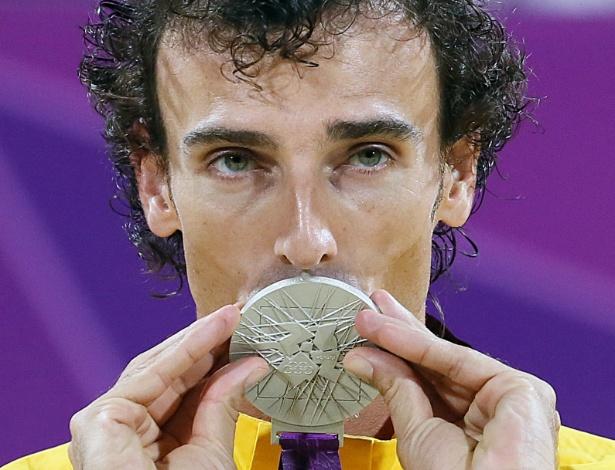 Emanuel beija a medalha de prata conquistada na final do vôlei de praia contra os alemães