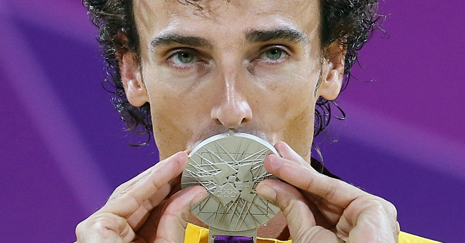 Emanuel beija a medalha de prata conquistada na final do vôlei de praia contra os alemães Julius Brink e Jonas Reckermann
