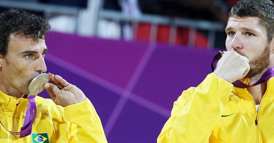 Emanuel (esq.) e Alison beijam a medalha de prata conquista na final do vôlei de praia dos Jogos Olímpicos de Londres