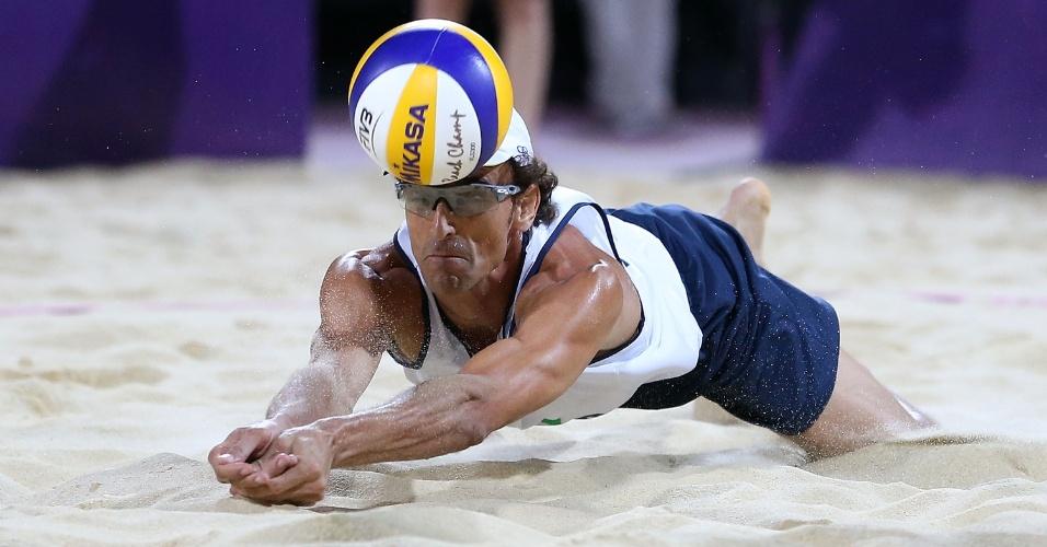 Emanuel se joga na areia e faz defesa para a dupla brasileira na decisão dos Jogos Olímpicos de Londres