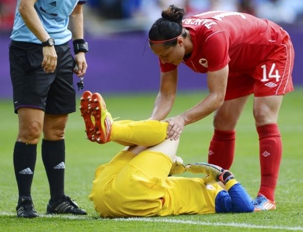 Erin McLeod, goleira do Canadá, fica no chão durante o duelo contra a França