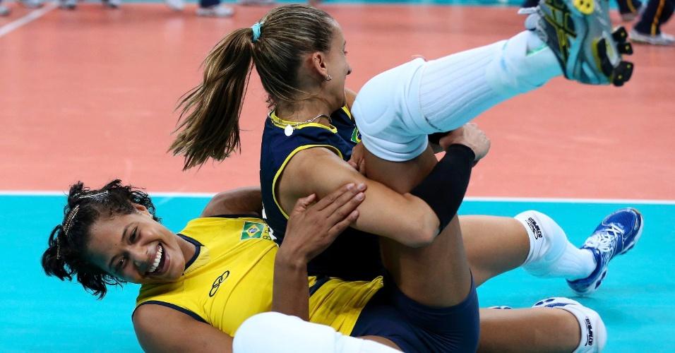 Fabiana derruba Adenízia na comemoração da vitória sobre o Japão por 3 sets a 0 nas semifinais