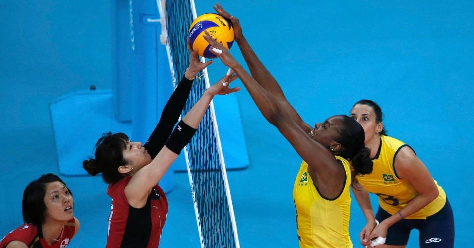 Fabiana divide bola na rede com a japonesa Ai Otomo na semifinal desta quinta-feira (09/08)