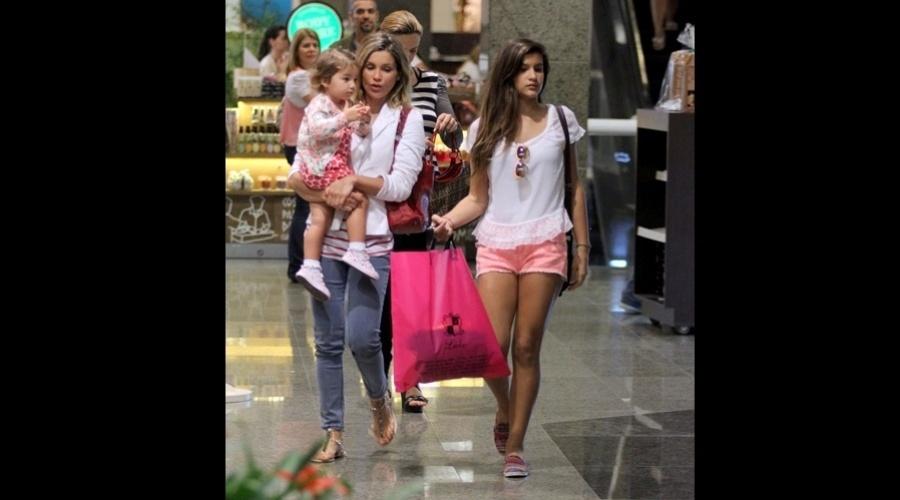 Flávia Alessandra passeou com as filha, Giulia e Olívia (no colo) em em shopping da zona oeste do Rio (9/8/12)