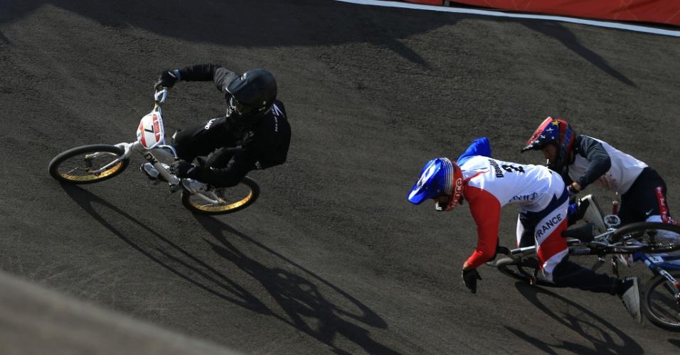 Francês Joris Daudet leva tombo durante eliminatória olímpica do BMX