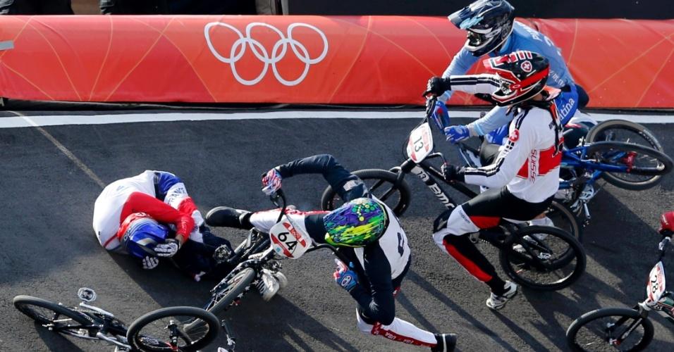 Francês Joris Daudet tenta se proteger após sofrer queda em prova das quartas de final masculina do BMX
