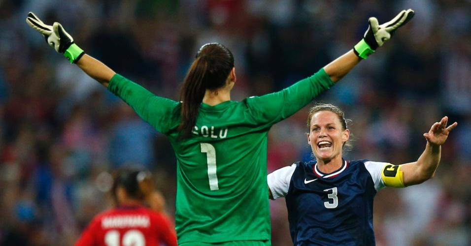 Hope Solo comemora com Christie Rampone a conquista da medalha de ouro pelos Estados Unidos nos Jogos de Londres