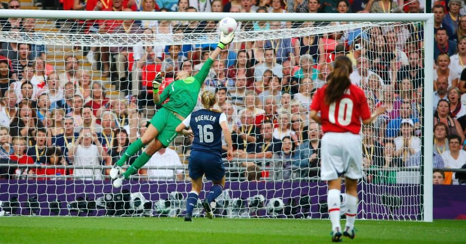 Hope Solo espalma chute forte de Miyama durante final olímpica do futebol feminino, no estádio de Wembley