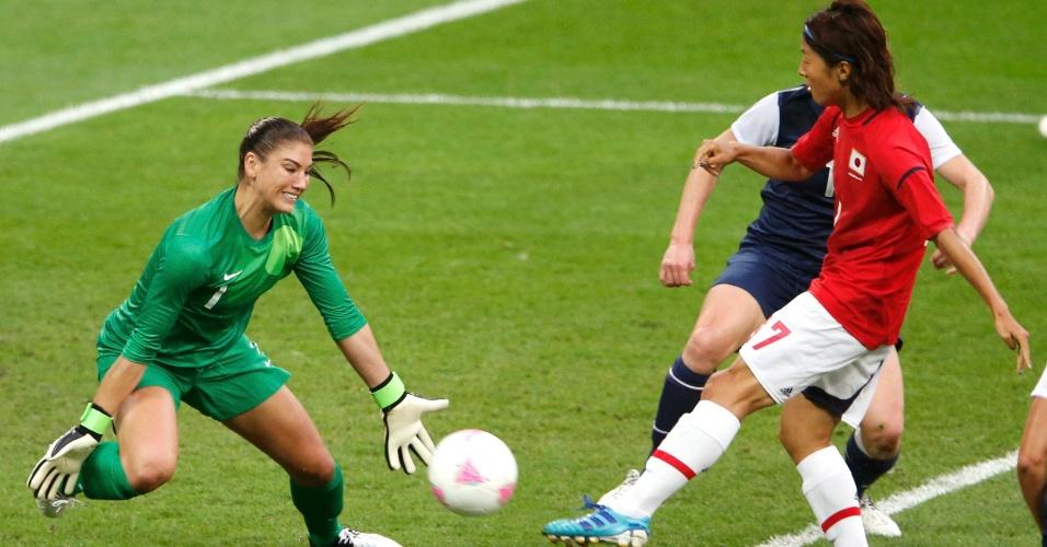 Hope Solo impede conclusão a gol de Yuki Ogimi na final olímpica do futebol