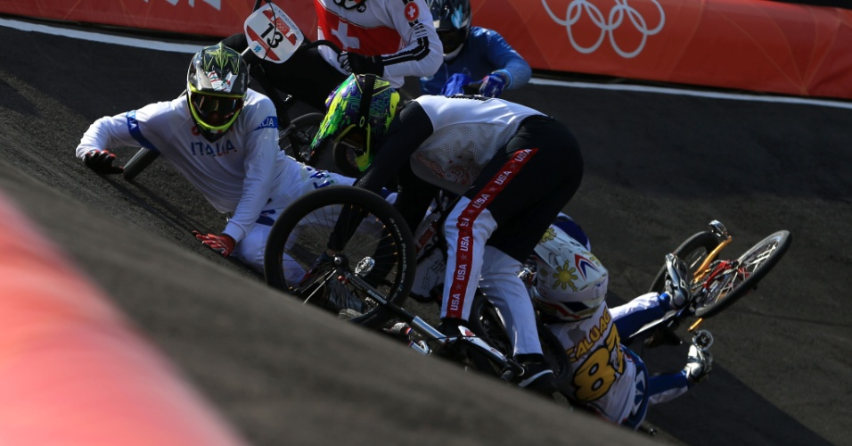 Italiano Manuel de Vecchi leva tombo durante eliminatória olímpica do BMX