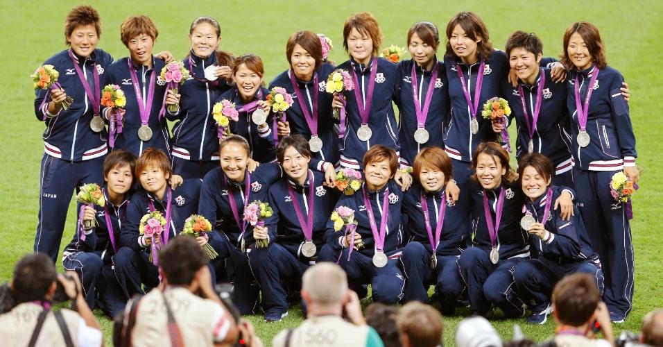 Japonesas posam com a medalha de prata conquistada no futebol feminino em Londres
