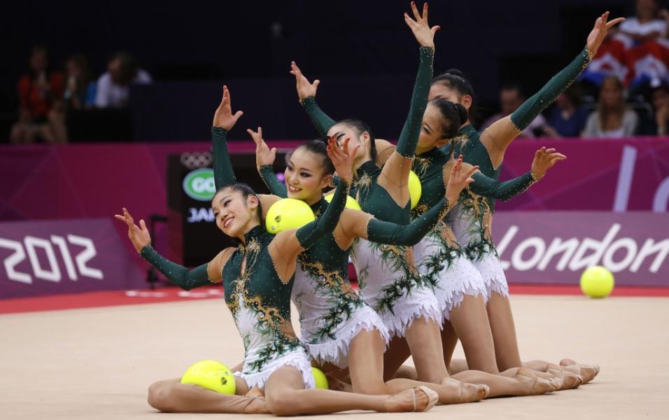 Japonesas se apresentam com bolas no primeiro dia de eliminatórias de conjunto da ginástica rítmica