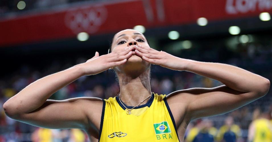 Jaqueline manda beijo para torcida após a vitória do Brasil sobre o Japão nas semifinais do vôlei feminino