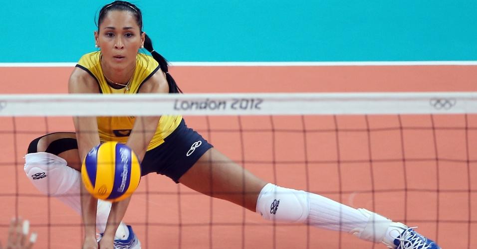 Jaqueline se prepara para a recepção no jogo contra o Japão, pelas semifinais do vôlei feminino