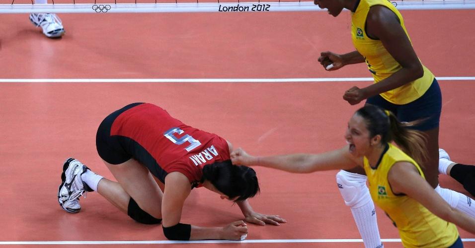 Jogadora do Japão, Erika Araki , cai após ponto marcado pelo Brasil na semifinal; brasileiras comemoram