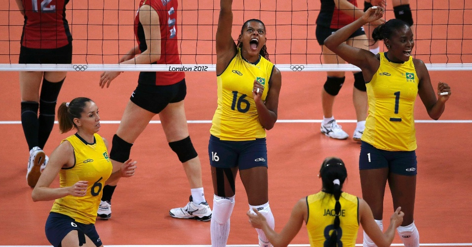 Jogadoras do Brasil comemoram ponto marcado contra as japonesas na semifinal