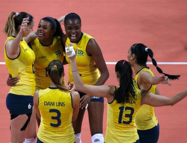 Jogadoras do Brasil comemoram ponto marcado contra o Japão no jogo desta quinta-feira