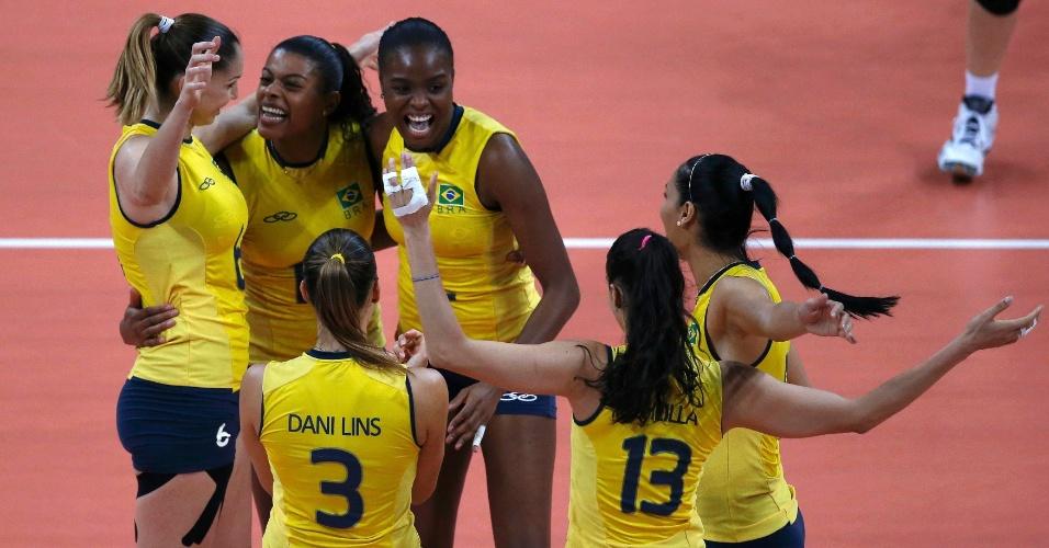 Jogadoras do Brasil comemoram ponto marcado contra o Japão no jogo desta quinta-feira (09/08)
