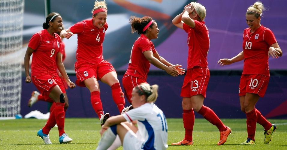 Jogadoras do Canadá comemoram o bronze enquanto francesa lamenta derrota no último minuto