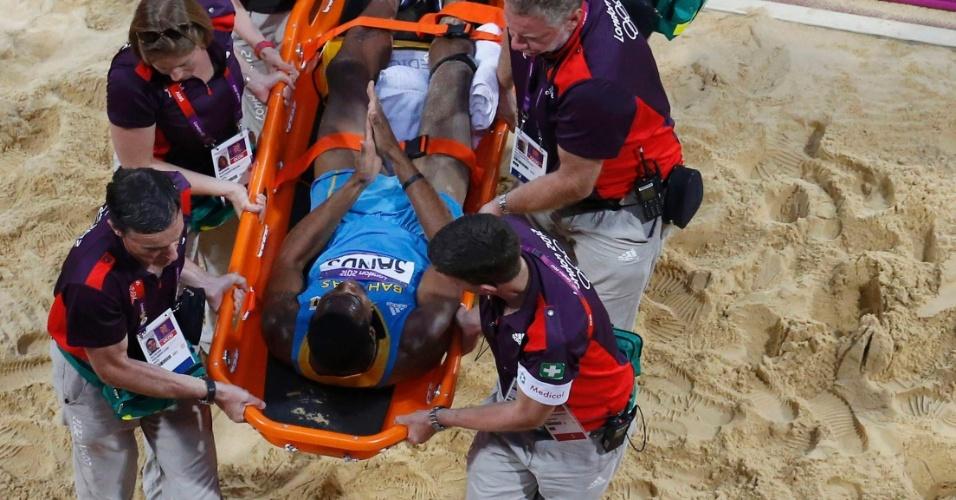 Leevan Sands, de Bahamas, é retirado de maca após se machucar em uma tentativa na final do salto triplo dos Jogos de Londres