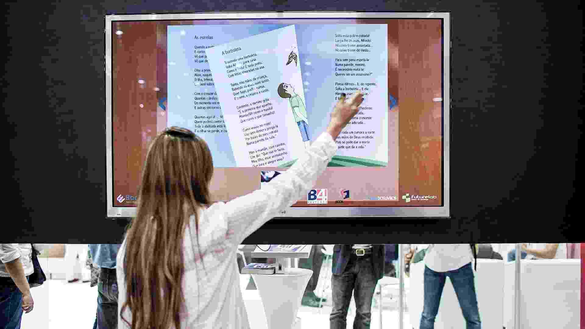 Leitora interage com livro interativo de poesia infantil do Olavo Bilac na 22ª Bienal Internacional do Livro - Leonardo Soares/UOL