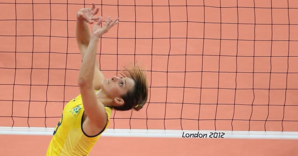 Levantadora do Brasil, Dani Lins manda bola de costas na partida contra o Japão pelas semifinais