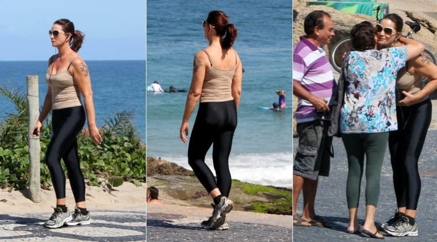 Luiza Brunet caminha pela orla de Ipanema, na zona sul do Rio (9/8/2012)