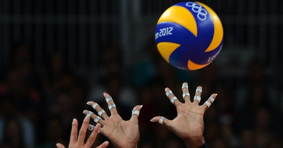 Mãos da oposta norte-americana Destinee Hooker durante bloqueio na partida semifinal contra a Coreia do Sul