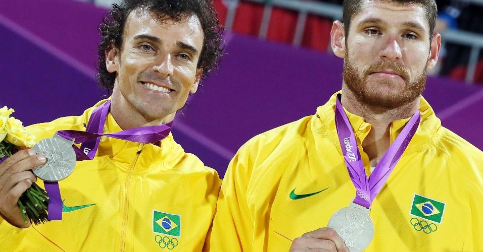 Medalhistas de prata do volêi de praia, Emanuel e Alison posam no pódio